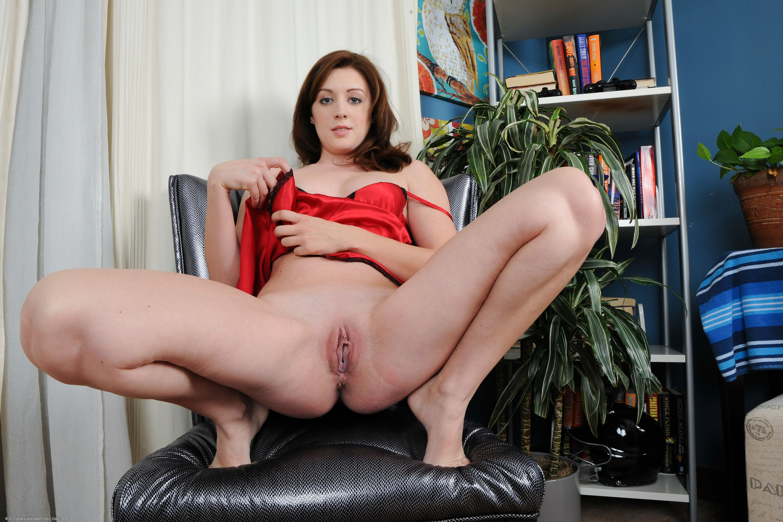 Hairy Model Girl Show Vagina Porn Pics